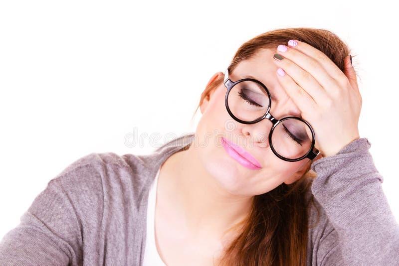 Mujer que sufre de dolor de la jaqueca del dolor de cabeza fotografía de archivo libre de regalías