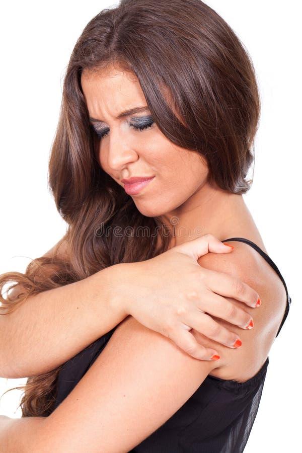Mujer que sufre de dolor del hombro foto de archivo