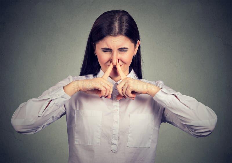 Mujer que sufre de mún olor fotografía de archivo