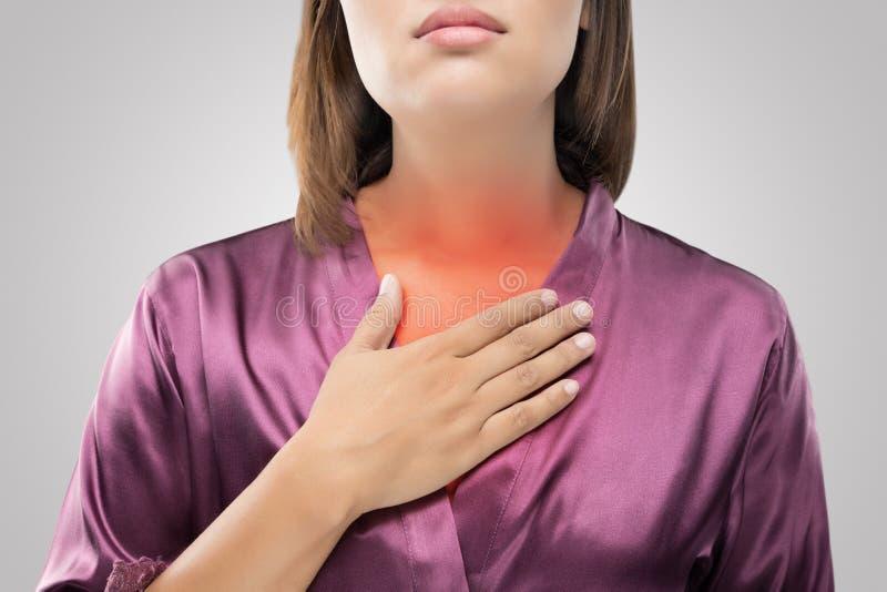 Mujer que sufre de reflujo ácido o de ardor de estómago foto de archivo