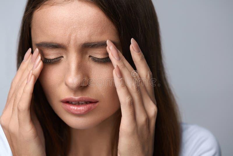 Mujer que sufre del dolor, tensión de sensación, ojos dolorosos conmovedores imagenes de archivo