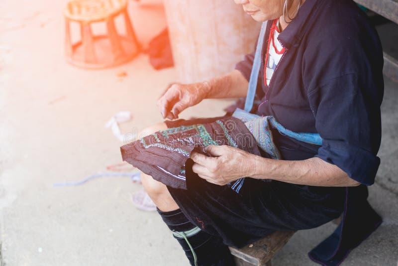 Mujer que teje la lana de alpaca colorida, usando técnicas antiguas Tr fotos de archivo libres de regalías