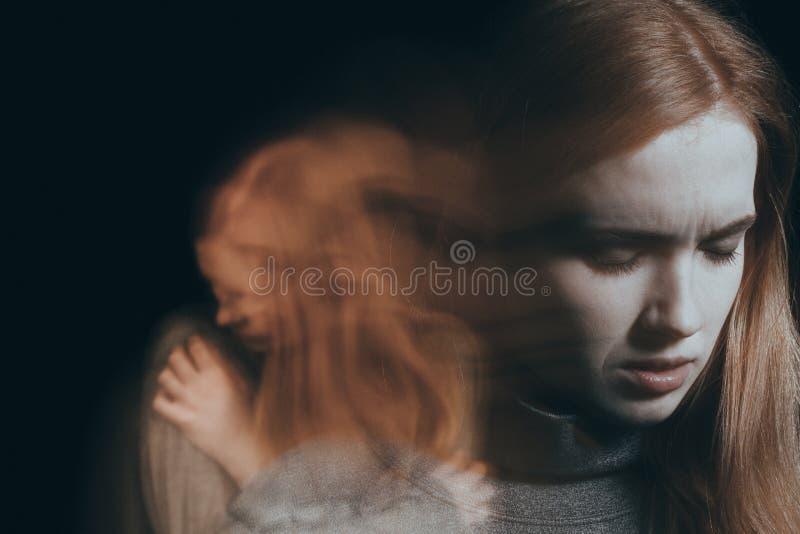 Mujer que tiene ataque de nervios imagenes de archivo