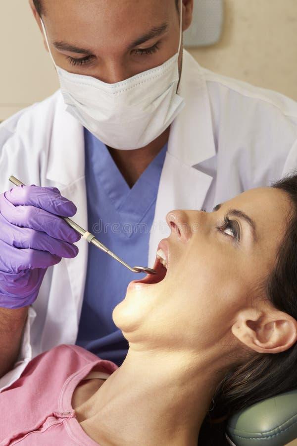 Mujer que tiene control para arriba en la cirugía de los dentistas fotografía de archivo