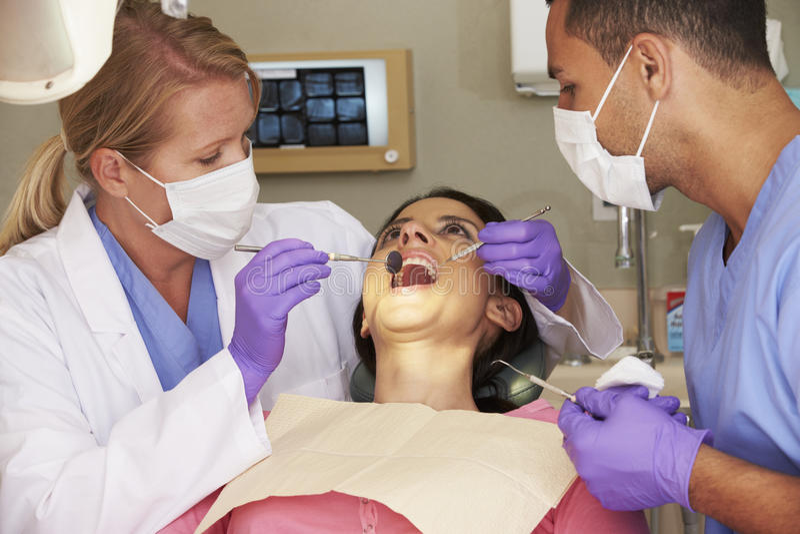 Mujer que tiene control para arriba en la cirugía de los dentistas fotos de archivo libres de regalías