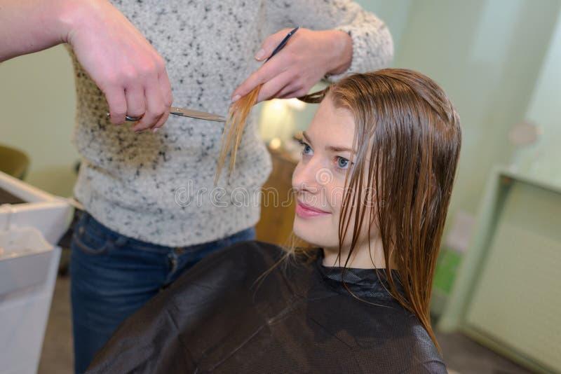 Mujer que tiene corte del pelo imagenes de archivo