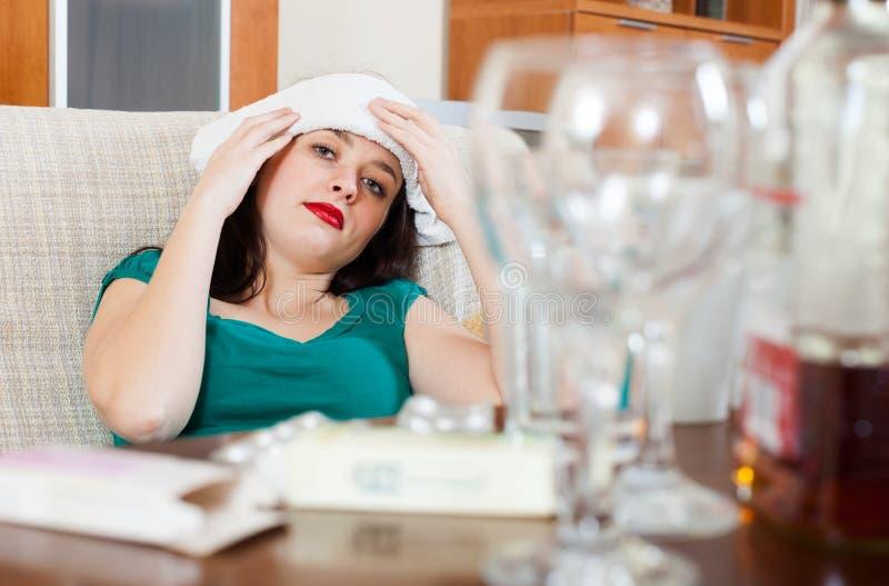 Mujer que tiene dolor de cabeza imagen de archivo libre de regalías