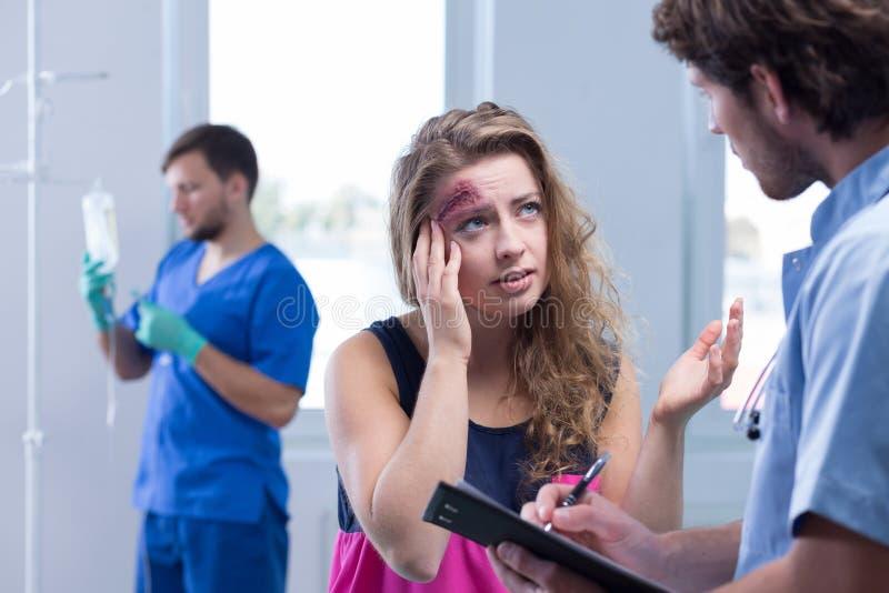 Mujer que tiene dolor de cabeza después de accidente foto de archivo libre de regalías