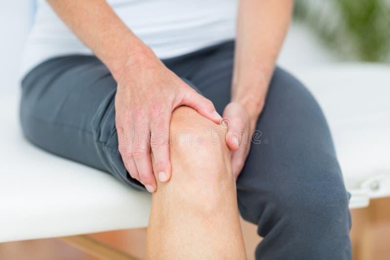 Mujer que tiene dolor de la rodilla fotografía de archivo libre de regalías