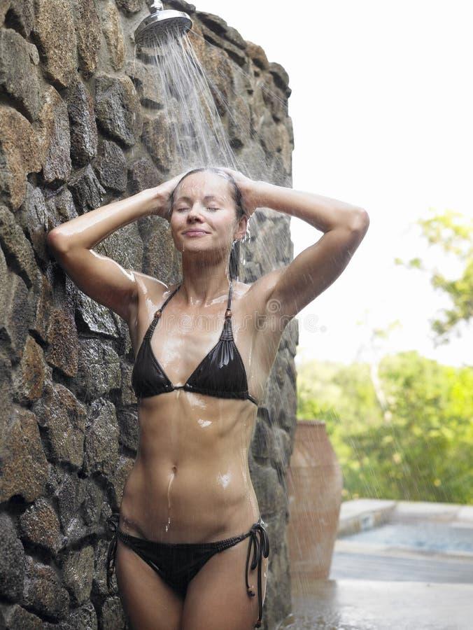 Mujer que tiene ducha al aire libre fotografía de archivo libre de regalías