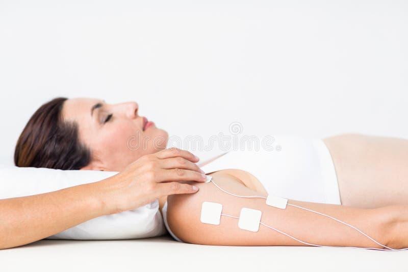 Mujer que tiene electroterapia foto de archivo libre de regalías