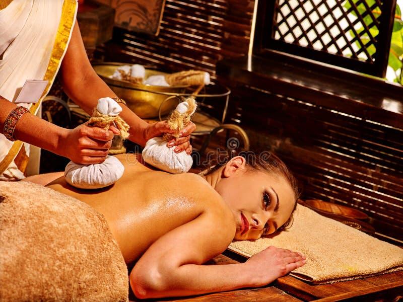 Mujer que tiene masaje con la bolsa imagen de archivo