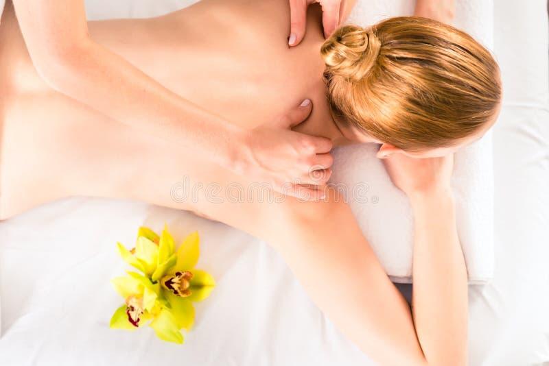 Mujer que tiene masaje de la salud en balneario fotos de archivo libres de regalías