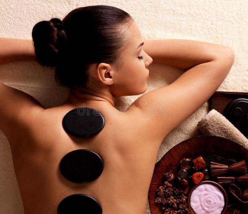 Mujer que tiene masaje de piedra en salón del balneario fotografía de archivo libre de regalías