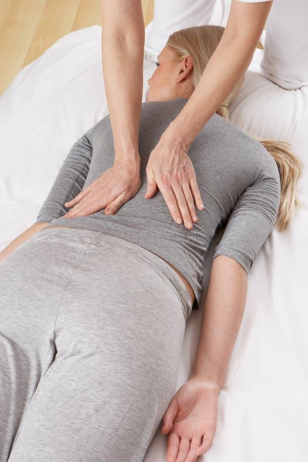 Mujer que tiene masaje de Shiatsu imágenes de archivo libres de regalías