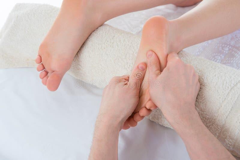 Mujer que tiene masaje del balneario en sus pies en el salón de belleza foto de archivo libre de regalías