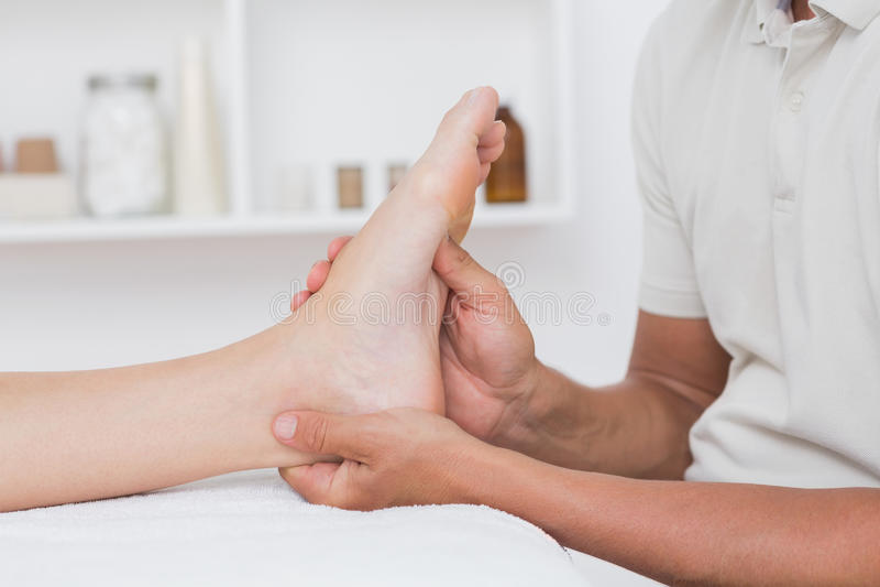 Mujer que tiene masaje del pie imagenes de archivo