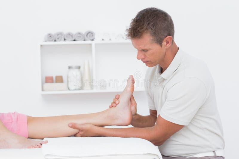 Mujer que tiene masaje del pie imagen de archivo libre de regalías