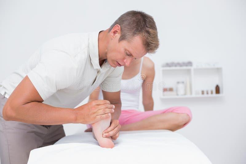 Mujer que tiene masaje del pie fotografía de archivo libre de regalías