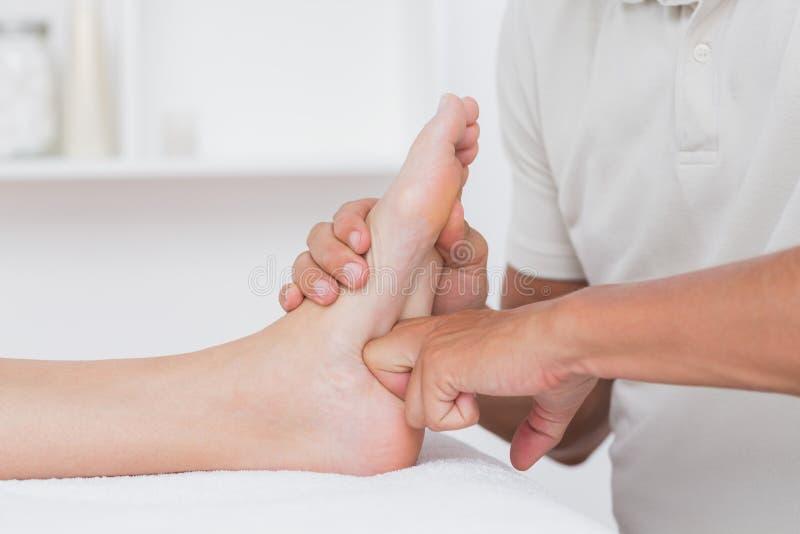 Mujer que tiene masaje del pie imagen de archivo