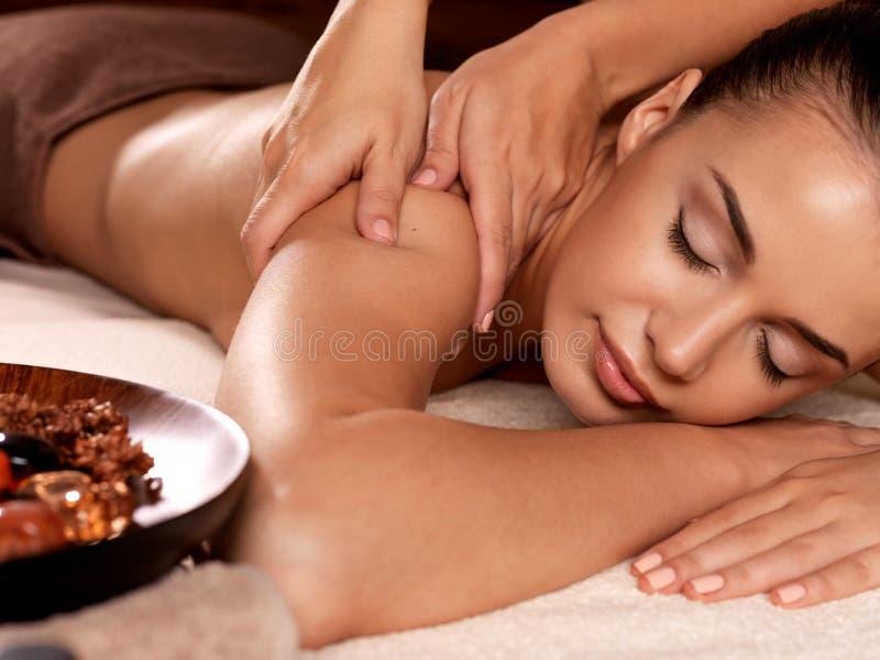 Mujer que tiene masaje en el salón del balneario imágenes de archivo libres de regalías