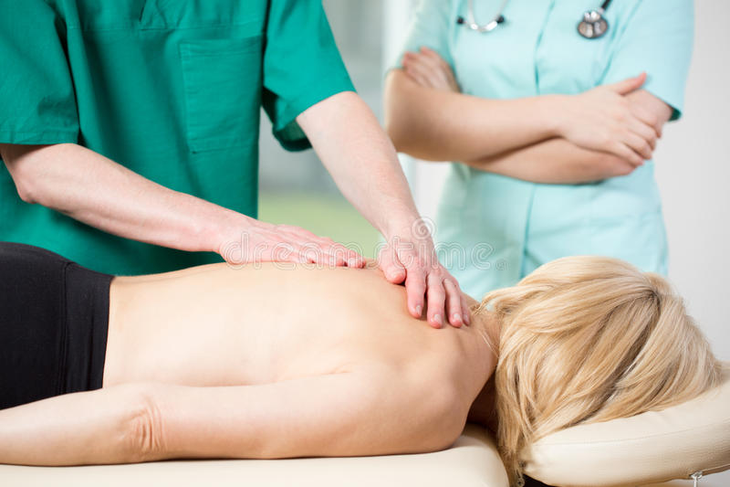 Mujer que tiene masaje médico imagenes de archivo