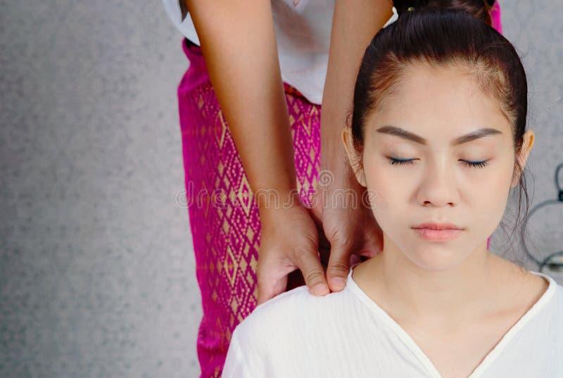 Mujer que tiene masaje profundo tailandés en el salón del balneario, balneario co de la belleza imágenes de archivo libres de regalías