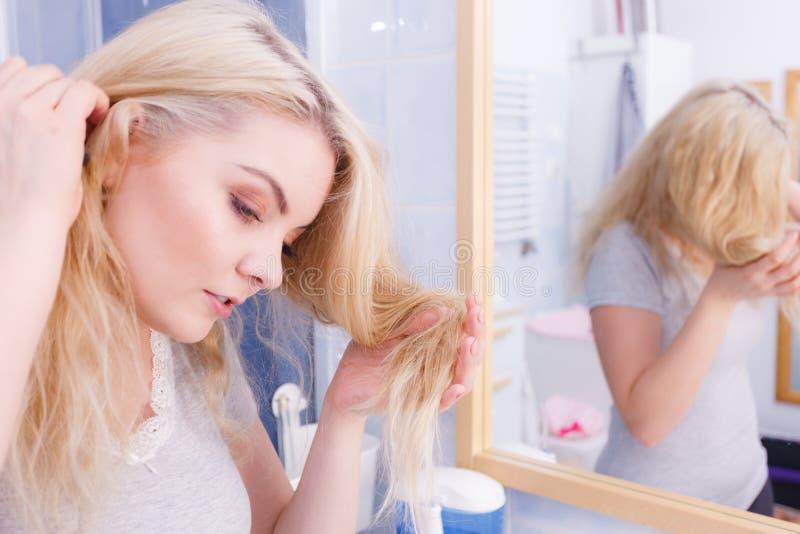 Mujer que tiene pelo rubio de los extremos de fractura imagen de archivo libre de regalías