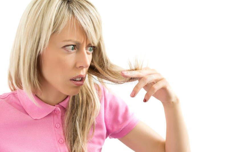 Mujer que tiene problema del pelo fotografía de archivo libre de regalías