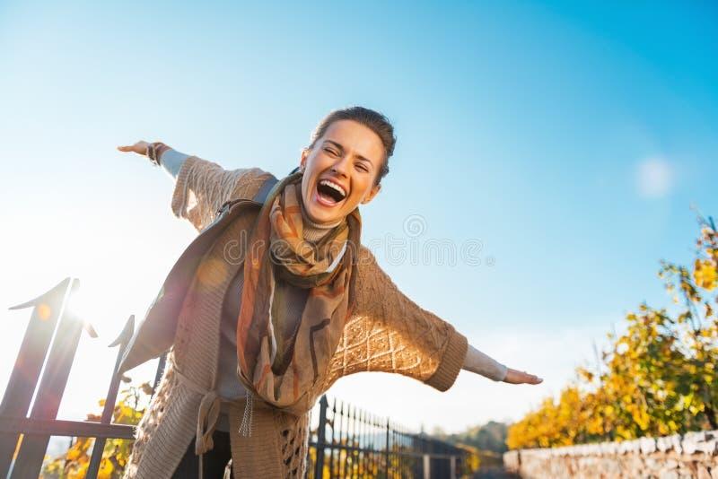 Mujer que tiene tiempo de la diversión en otoño al aire libre fotografía de archivo libre de regalías