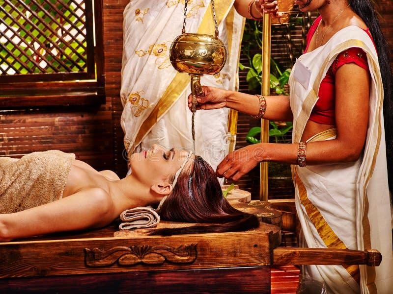 Mujer que tiene tratamiento del balneario de Ayurvedic fotografía de archivo libre de regalías