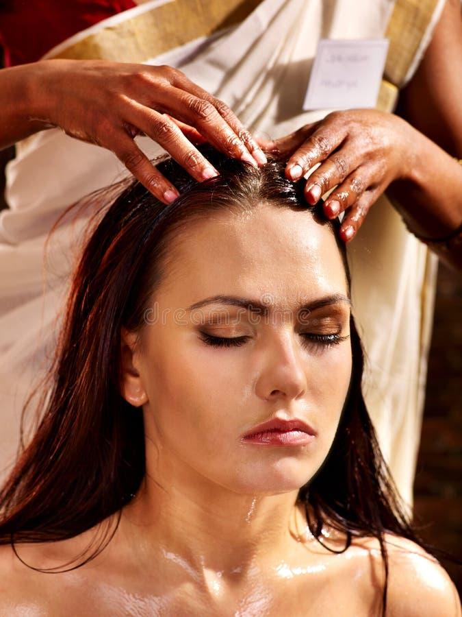 Mujer que tiene tratamiento del balneario del ayurveda fotos de archivo