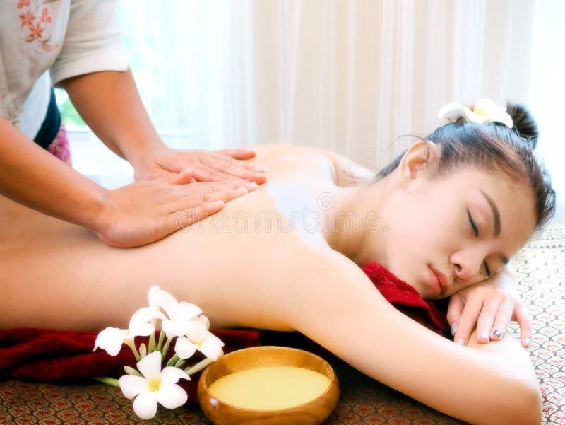 Mujer que tiene tratamiento en el salón del balneario, masaje del masaje del cuerpo del balneario imagen de archivo
