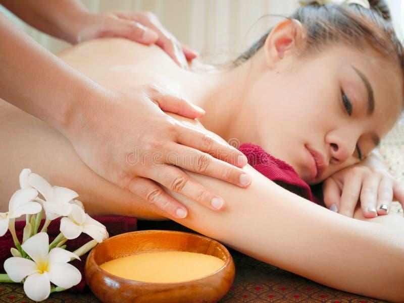 Mujer que tiene tratamiento en el salón del balneario, masaje del masaje del cuerpo del balneario imagenes de archivo