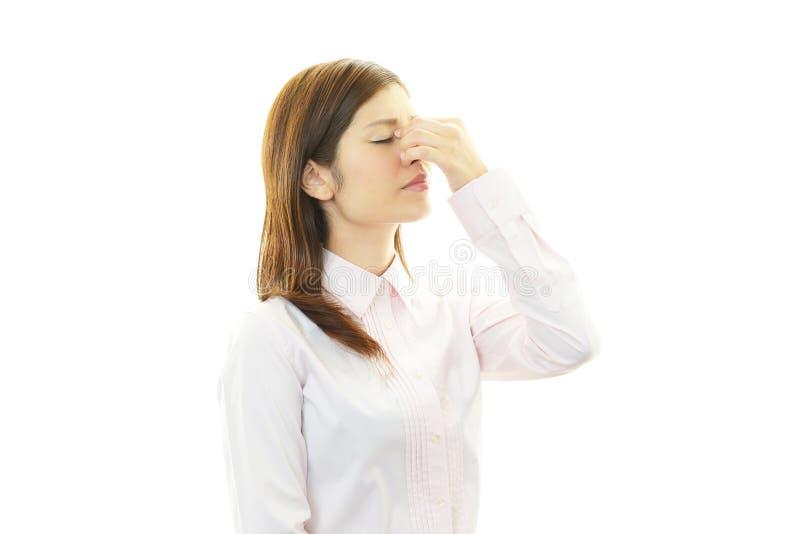 Mujer que tiene un dolor de cabeza fotos de archivo libres de regalías