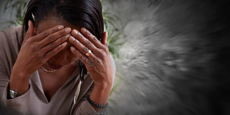 Mujer que tiene un dolor de cabeza de la jaqueca imagen de archivo