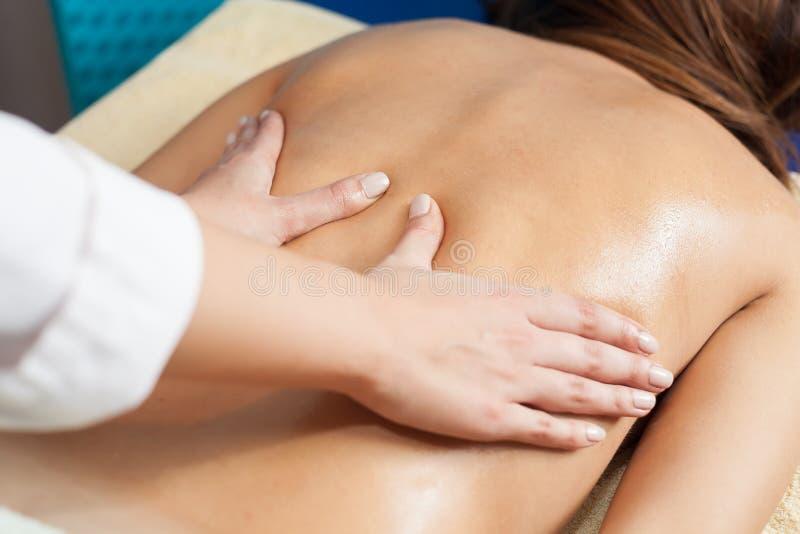 Mujer que tiene un masaje foto de archivo