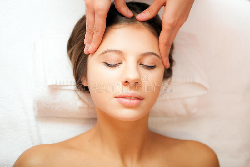 Mujer que tiene un masaje principal foto de archivo
