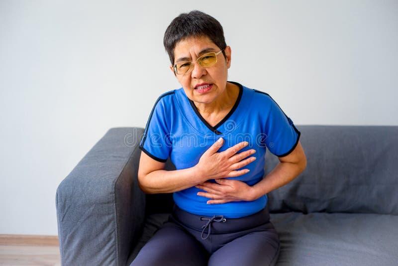 Mujer que tiene una angustia imagenes de archivo