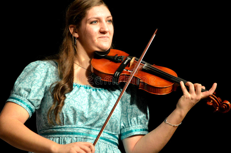 Mujer que toca el violín fotografía de archivo