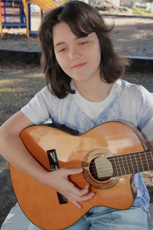 Mujer que toca la guitarra foto de archivo