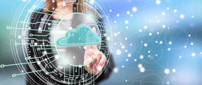 Mujer que toca un concepto del sistema de c?lculo de la nube imagen de archivo libre de regalías
