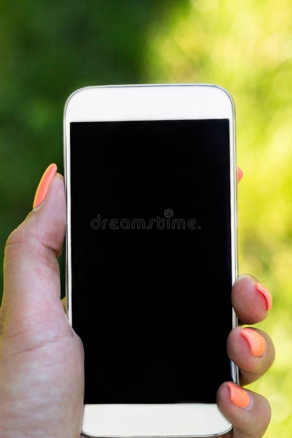 Mujer que toca una pantalla de su smarthone imagenes de archivo