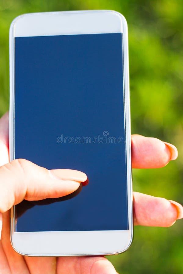 Mujer que toca una pantalla de su smarthone imágenes de archivo libres de regalías