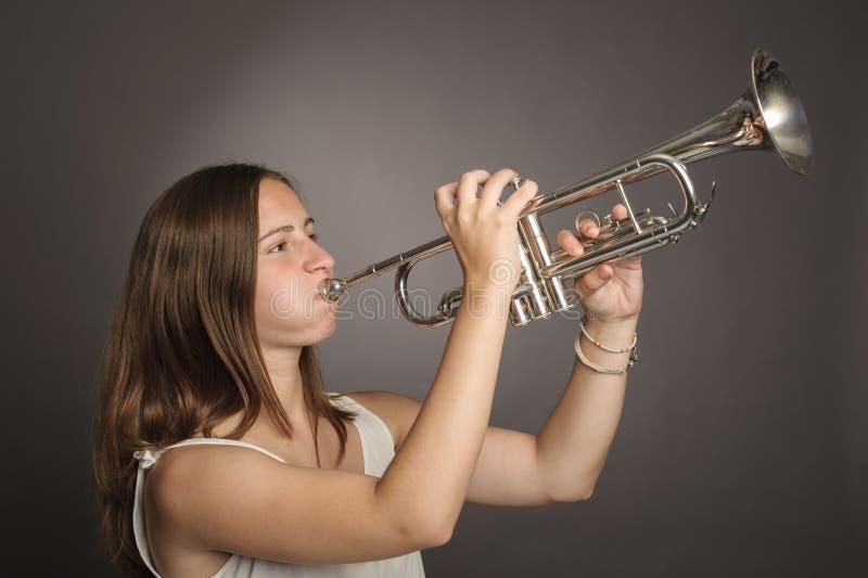 Mujer que toca una trompeta fotos de archivo libres de regalías