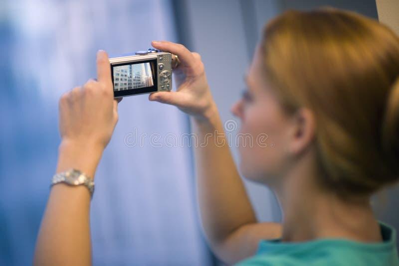 Mujer que toma el cuadro de edificios imagen de archivo libre de regalías