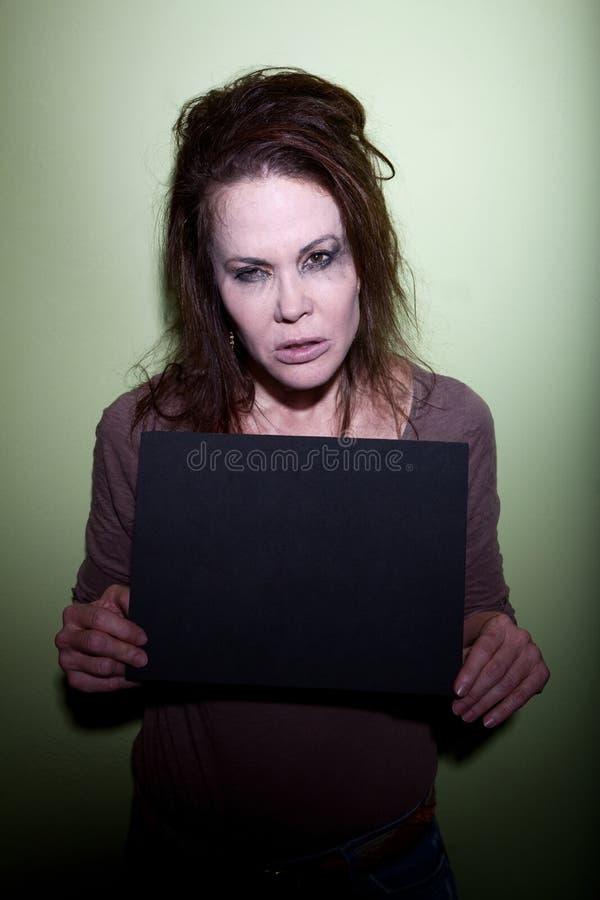 Mujer que toma el mugshot fotografía de archivo