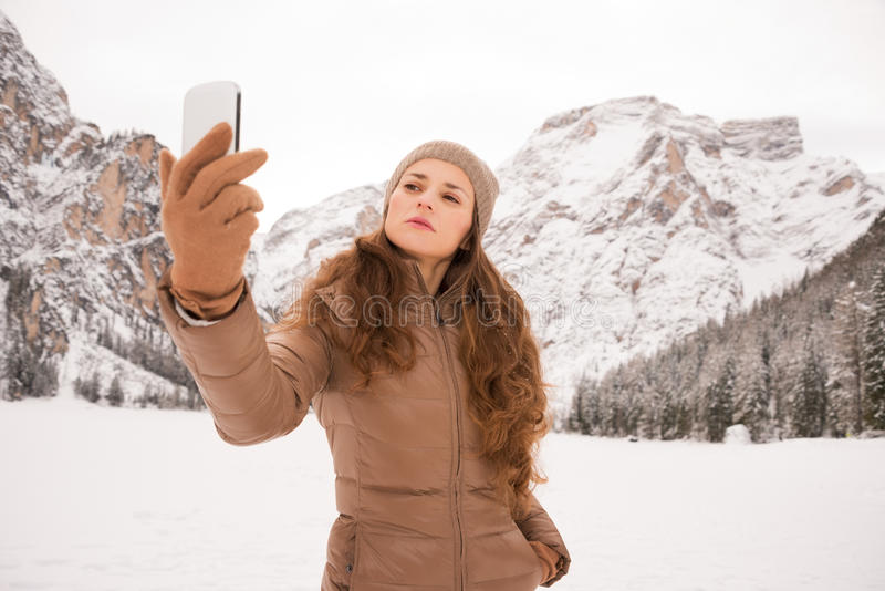 Mujer que toma el selfie al aire libre entre las montañas coronadas de nieve imágenes de archivo libres de regalías