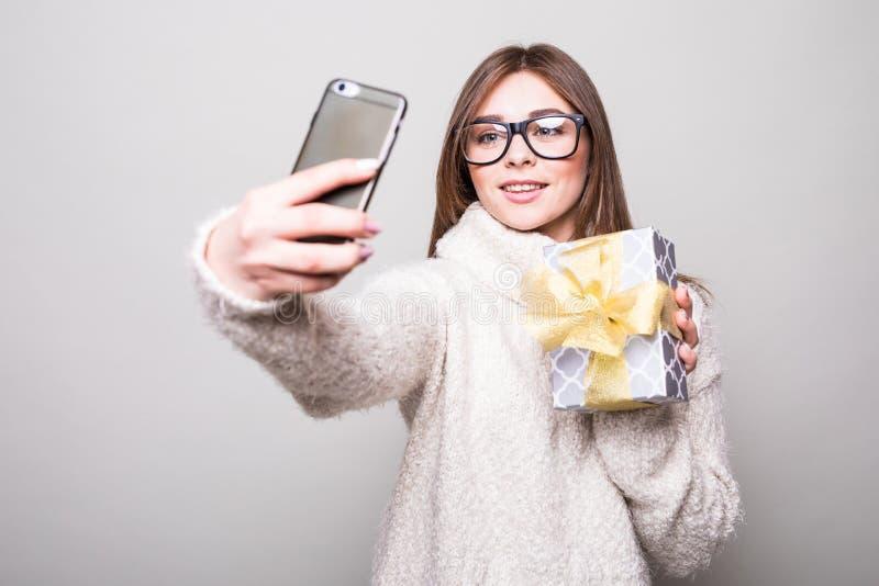 Mujer que toma el selfie con el teléfono foto de archivo