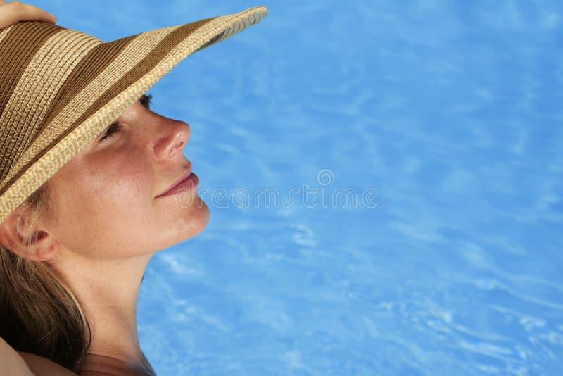 Mujer que toma el sol imagenes de archivo